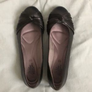 I am selling this shoe that is in good condition
